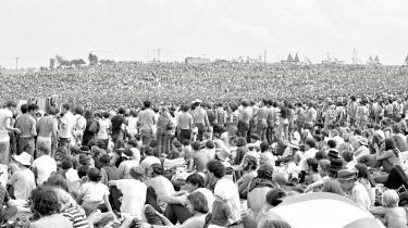 I midten af august 1969 – under en måned efter at USA havde fuldført Apollo-11-missionen, og astronaut Armstrong satte det første fodaftryk på månen – slog op mod en halv million unge lejr på en mark ved White Lake i Bethel, cirka 60 kilometer fra New York City. Woodstock var i gang.