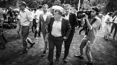 Politisk set har Venstres formand Lars Løkke Rasmussen tabt magtkampen i partiet til en stadigt større flok frustrerede fritidspolitikere fra baglandet. Men psykologisk har han stadig en afgørende trumf: Han er langt mere koldblodig end sine tøvende modstandere