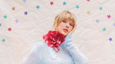 Megapopstjernen Taylor Swift er ualmindeligt almindelig. Men hun er også ualmindeligt ferm til at dramatisere sit liv og komme i karambolage med andre. Og så er hun den  kvindelige kunstner, der har tjent allermest det seneste år. Vi tegner et portræt i anledning af hendes nye album, 'Lover', der på udgivelsesdagen allerede har uhørt gode salgstal