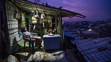 Kaos er ved at blive hverdag i verdens største flygtningelejr i Bangladesh. På en bakketop har en familie åbnet en lille butik, hvor børnene indtager deres aftensmad. Rohingyaerne drømmer dog om at komme hjem, men de er ikke velkomne i Myanmar.