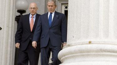 På HBO kan man for tiden se filmen Inside Job om finanskrisen.Inside Job er skånsesløs over for magtens mændsom blandt andetHenry Paulson (til venstre), dervar en del af den trojka, George W. Bush (til højre) hentede til sin administration fra Wall Street. Selvsamme Henry Paulson sørgede også for, at en af de største statslige redningpakker gik til Goldman Sachs, hvor Henry Paulson var administrerende direktør, før han blev finansminister.