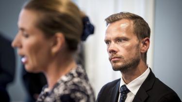 Hummelgaards hovedargument for at afskaffe opholdskravet til dagpenge er,at »den overvejende del af folk, der bliver fanget i det, er etniske danskere, som har været i udlandet for at arbejde.