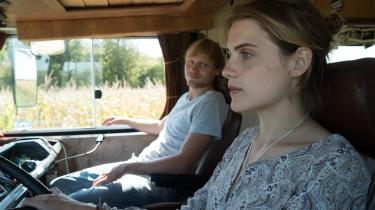 Jule (Mala Emde) ogJan (Anton Spieker) tager på roadtrip ned gennem Europa i Hans Weingartners 'Camper 303'.