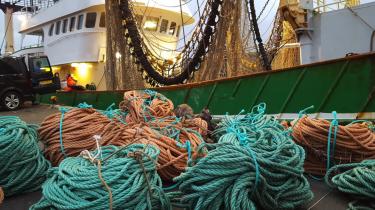 Ifølge kystfisker Karsten Nielsen sejlede hollandske bomtrawler hans fiskegrej ned på åbent hav. Sagen er blevet meldt til politiet, men der er efter to år fortsat ingen afgørelse. Foto fra videoen af Jan-Robert Jore.