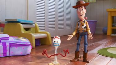 Den alfaderlige cowboydukke Woody og lille, nervøse Forky oplever lidt af hvert i Pixars 'Toy Story 4'.