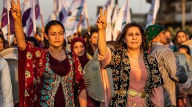 Målet med, at USA og Tyrkiet opretter en sikker militærzonen, er at få skabt afstand mellem den tyrkiske grænse og de syriske kurderes YPG-milits. På billedet er syrisk-kurdiske demonstranter, der demonstrerede i Qamishli tidligere på ugen under en protest mod tyrkiske trusler om at invadere den kurdiske region.