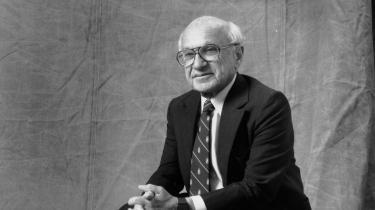 Milton Friedman (på billedet) mente, at »en virksomhed har ét og kun ét socialt ansvar: at målrette sine aktiviteter imod profitmaksimering«. Dette forsøger et manifest fra USA's mest magtfulde erhvervsledere at tage afstand fra.