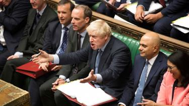 Boris Johnson fremstodsom en, der er blevet offer for et tarveligt bagholdsangreb, da han tirsdag aften tabte klart i sin første afstemning i Underhuset. Men hvad havde han regnet med, når han på få dage har fået suspenderet parlamentet, har fyret en prominent embedsmand og truer en række toppolitikere fra sit eget parti medfyring? Det er etkaotisk og uforudsigeligt valg der er på vej i Storbritannien.