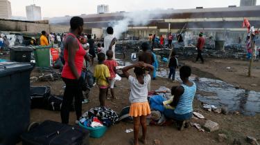 Indvandrere følger, hvordan deres butikker bliver brændt ned under uroligheder i Pretoria. Sydafrika er på det seneste blevet ramt af optøjer mod indvandrere.
