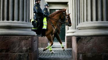 Københavns Politi har svært ved at finde heste til den ridende enhed, som Dansk Folkeparti fik genindført i 2017 – imod politiets vilje. Efter et stort spild af ressourcer ser det nu ud til, at et nyt politisk flertal overvejer at nedlægge den ridende enhed igen. Sagen om politihestene er politik, når det er allerværst