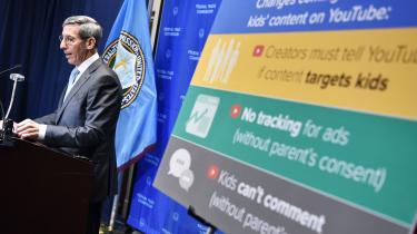 Federal Trade Commission (FTC) formand Joe Simon annoncerede til en konference den 4. September, at Google var gået med til at betale 170 millioner dollar i bøde for illegalt at have indsamlet og delt data fra børn uden forældrenes samtykke. En dråbe i havet for verdens største firma, hvis samlede aktieværdi anslås til at være lidt over 500 milliarder dollar.