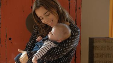 Élodie Bouchez spiller Alice og med sit udtryksfuldhed viser hun blandingen af eufori og panik ved tanken om omsider at få et barn, så man smukt fornemmer følelsesstormen.