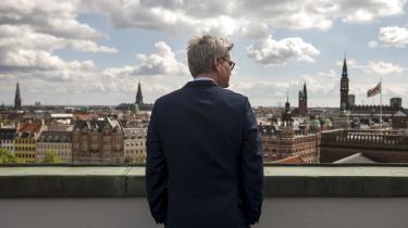 I sin nye bog Frie Ord udfolder han et sjældent forfængeligt selvbillede og sætter sig selv i scene som den største udenrigsminister, Danmark bare aldrig fik.