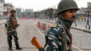 Indiens premierminister Modi har anuleret den paragraf, der gennem syv artier har givet delstaten Jammu og Kashmir særstatus fra den indiske forfatning. Det har resulteret i en indtil videre 40 dage lang undtagelsestilstand, vejspærringer, razziaer og lukkede mobil- og internetforbindelser.