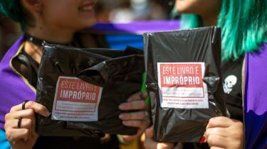Rio de Janeiros borgmester prøvede at skjule et superheltekys mellem mænd på en bogforside. Nu har alle i hele Brasilien set det
