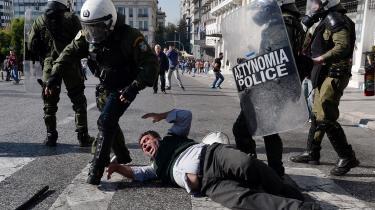 Demonstranter og politi i sammenstød under en tidligere demonstration i Athen imod planlagte reformer af det græske pensionssystem. Ansvaret for de sociale omkostninger må ligge hos de græske politikere, som førte Grækenland ind i bankerot. Ikke dem som hjalp Grækenland til at komme ud af fadæsen, mener dagens kronikør.