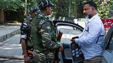 Indiske soldater udspørger en borger ved en vejspærring i Srinagar i Kashmir. Det er på høje tid, at FN opfordrer Indientil at standse landets undertrykkelse og krænkelser af menneskerettighederne i Kashmir, mener dagens kronikør.