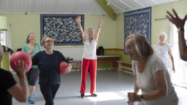 Der er gymnastik med foreningen Aktive Ældre hver fredag, og her kommer ældre fra hele området. I dag er Lisbeth Saugmann og Anne Mette Eliasson fra oldekollektivet mødt op.
