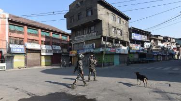 Indiske sikkerhedsstyrker patruljerer i gaderne i den kashmirske hovedstad, Srinagar, hvor indbyggerne i protest opretholder det udgangsforbud, myndighederne har ophævet for at signalere normalitet.