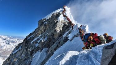 Som barn var Peter Singer dybt fascineret, da han hørte, at Edmund Hillary og Tenzing Norgay som de første besteg Mount Everest i 1953. Men dette billede af Mount Everest og den lange kø af bjergbestigere viser en helt anden form for bjergbestigning i dag, som Singer ikke forstår.
