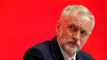Jeremy Corbyn har forsøgt at balancere de hardcore brexiteers blandt Labours vælgere mod de mange, mange flere, der ønsker at blive i EU. Det har haft den konsekvens, at partiet har sat sig mellem to stole, vælgerne er sivet, og til trods for to års ond borgerkrig i den konservative lejr ligger Labour nu langt bagud i meningsmålingerne, skriver dagens lederskribentMette-Line Thorup.