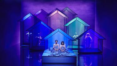 'Se dagens lys' forstærkes af Julian Juhlins smukke scenografi i effektfuldt samspil med Svend Åge Madsens fortælling.