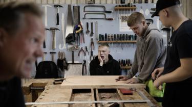 Jack Møller (grå hættetrøje) og Aksel Hansen (bagerst) er begge begyndt på den nye FGU på Lolland, der ligesom de andre forberende grunduddannelser skal hjælpe unge under 25 år i gang med uddannelse og sidenhen job.