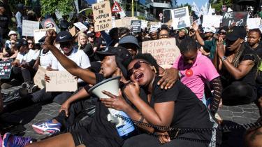For nylig blev den 19-årige studerende Uyinene Mrwetyana fra Cape Town voldtaget og dræbt af et postbud, da hun var ved at hente en pakke på det lokale posthus. Siden har der dagligt var demonstrationer i Cape Town og Johannesburg mod det stigende antal voldtægter og drab på kvinder i Sydafrika.