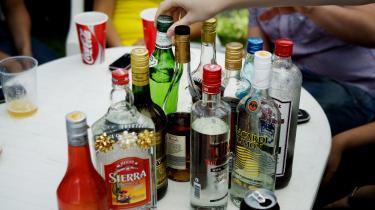Da Vin og Spiritus Organisationen i Danmark i sidste uge meldte ud, at de mener, at aldersgrænsen for køb af alkohol bør sættes op fra 16 til 18 år, kom jeg til at tænke på min egen alkoholhistorik. Set i det lys, er spiritusbranchens forslag fornuftigt.