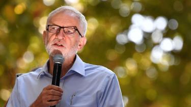 Jeremy Corbyn, her ved en klimaprotest i London fredag, står over for en særdeles vanskelig balancegang oven på weekendens Labour-landsmøde.