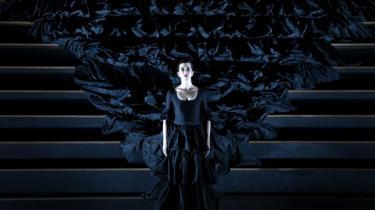 Barrie Koskys opsætning afliver dygtigt og forfriskende mange klicheer og er teater, det er værd at opleve ikke mindst for sin drevne omgang med hele forrige århundredes teaterhistorie. Alligevel står Kosky muligvis tilbage med den største kliché af dem alle, som er Carmen-operaen som en pseudoshistorie om kvindelig frigørelse.