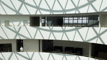 Midt i den seks etager høje hovedbygning, der udgør Novo Nordisks hovedsæde i Bagsværd, er der en stor atriumgård overdækket af et 90 tons tungt glasloft, hvis sprosser kaster et mønster af trekanter ned over fællesarealet.