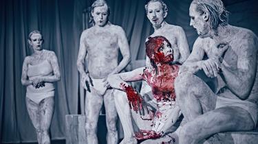 Et umuligt projekt bliver til storslået magi på Det Kongelige Teaters Mellemgulvet: Platons 'Symposion' – med godt 2400 år på bagen – fremkaldes så teksten ikke bare fremstår frisk og streetwise, men decideret sexet og kunstnerisk selvlysende