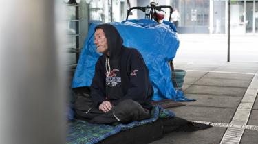 Mandag behandlede Københavns Byret så en sag mod den 52-årige hjemløse André Christiansen og en makker. De havde også formastet sig til at overnatte i det fri, nemlig i buegangene over for Rundetårn i København. Tilbage i oktober havde politiet en tidlig morgen vækket de to hjemløse og tildelt dem hver en bøde på 1.000 kroner, fordi de ifølge politiet havde etableret en utryghedsskabende lejr.På billedet sesAndré Christiansen.