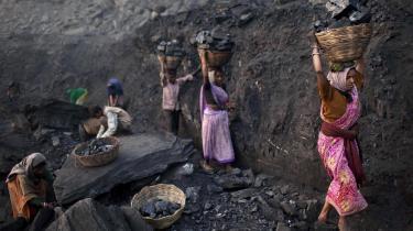 Antallet af kuldrevne kraftværker er tredoblet i Indien siden årtusindskiftet. Her kvinder, der henter kul fra en åben mine ved landsbyen Bokapahari i delstaten Jharkhand.