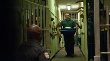 Pete Koslow (Joel Kinnaman) må en tur i fængslet i Andrea di Stefanos thriller, '3 sekunder', for at beskytte sig selv og dem, han elsker. Foto: SF Studios