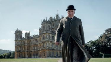 Der skal tydeligvis ikke mangle noget i det allersidste kapitel i sagaen om den adelige Crawley-familie og deres trofaste undersåtter på slottet Downton Abbey. Der er skruet helt op for komik, sødsuppe og production value. Den spinkle historie lever man med