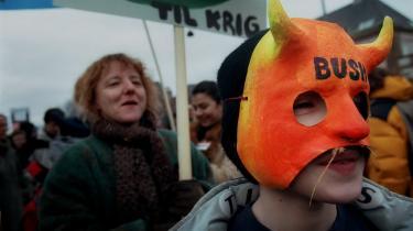 Man kan meget let udpege den demonstration, Mette går til i Kirsten Hammanns 'Fra smørhullet'. Den 15. februar 2003 var der nemlig global protestdag mod den forestående krig. Også i København gik folk på gaderne, mere præcist fra den britiske til den amerikanske ambassade.