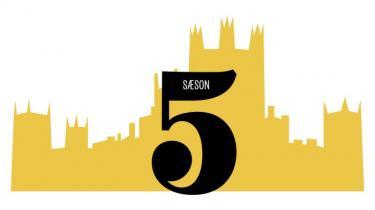 Spillefilmversionen af den hyldede britiske tv-serie, periodedramaet 'Downton Abbey', har premiere i denne uge. Information guider hver dag igennem en af tv-seriens seks sæsoner via et fast skema, så ingen kan være i tvivl om, hvad der har truet idyllen, og hvem der døde eller blev forelskede