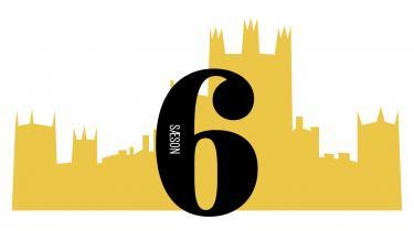 Spillefilmversionen af den hyldede britiske tv-serie, periodedramaet 'Downton Abbey', har premiere fredag. Information guider hver dag igennem en af tv-seriens seks sæsoner via et fast skema, så ingen kan være i tvivl om, hvad der har truet idyllen, hvem der er døde eller blevet forelsket og gift