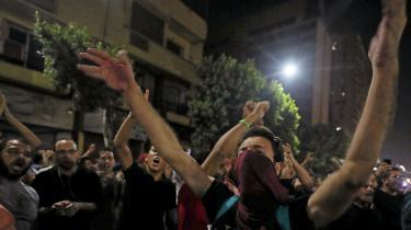 »Råb det højt, vær' ikke bange, Sisi skal træde tilbage,« lød slagordene i det centrale Kairo.