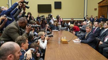 Der er gået næsten to måneder, siden whistlebloweren indgav sin klage. Det er for længe, mener flere demokrater i Kongressen, som derfor havde indkaldt præsidentens fungerende koordinator for efterretningstjenesterne, Joseph Maguire, til høring torsdag.