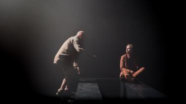 Teaterstykket 'Tæt Tåge', som spiller på Vendsyssel Teater indtil d. 16. oktober, er ifølge Informations anmelder både eviggyldig og ekstremt aktuel, fordi den handler om at være i live, mens vi er det, og se hinanden i øjnene i stedet for at se ned i vores mobiltelefoner.