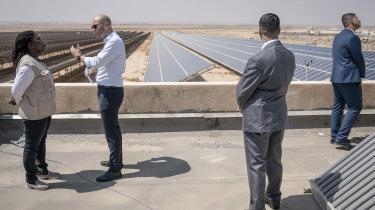 Tirsdag annoncerede Rasmus Prehn, at regeringen foreslår at hæve klimabistanden med 595 millioner kroner, og at disse fortsat skal findes inden for den eksisterende ramme – altså fra udviklingsbistanden, som Socialdemokratiet ikke har planer om at hæve. Her ses ministeren i flygtningelejren Zaatari, hvor han drøfter fordelene ved solcelleanlæg med Irene Omondi, kontorchef for UNHCR, mens livvagterne ser til.