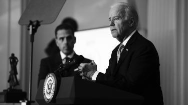 Hunter Biden (t.v.) er med sine aktiviteter altid havnet i nærheden af sin far. Det gør ikke Joe Biden ansvarlig for sin søns meritter, men det giver ham alligevel problemer, og det er dem, Trump forsøger at udnytte.