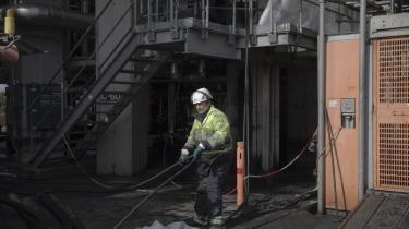 Raffinaderiet i Kalundborg åbnede i 1961 under navnet Dansk Veedol A/S. I dag er det norskejet, hedder Equinor og har 330 fastansatte arbejdere. Blandt andre Dann Henriksen, der her renser slanger.