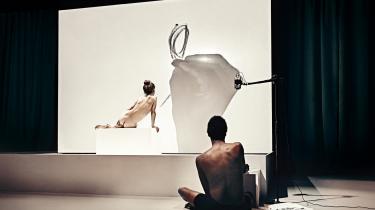Sort/Hvids nye forestilling 'Hvid tegner sort model' begynder med en croquissession.