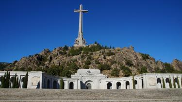 Det var Franco selv, der efter den blodige spanske borgerkrig, gav ordre til opførelsen af mindekomplekset De Faldnes Dal (billedet), hvor et 150 meter højt kors tårner sig over en gigantisk kirke og det omkringliggende område, som blandt mange ses som en hyldest til fascismen og diktatoren, selv om man her officielt ærer faldne fra begge sider i Den Spanske Borgerkrig.