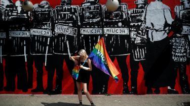 En deltager i et protestmøde i Warszawa den 27. juli, der blev arrangeret efter den vold, der blev rettet mod LGBT-personer under den første prideparade i byen Bialystok tidligere på sommeren. I løbet af foråret havde en del kommuner rundt om i Polen erklæret sig for 'LGBT-frit område'.