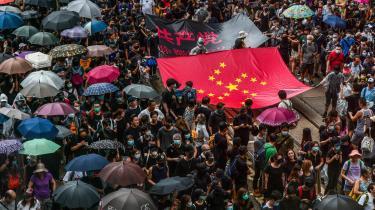 Protesterne i Hongkong gik søndag ind i deres 17. uge med voldelige sammenstød i travle shopping- og forretningsdistrikter, hvor politiet brugte tåregas, gummikugler, peberspray og vandkanoner mod demonstranterne, mens demonstranterne kastede mursten og molotovcocktails tilbage mod politiet og tændte bål på gaden